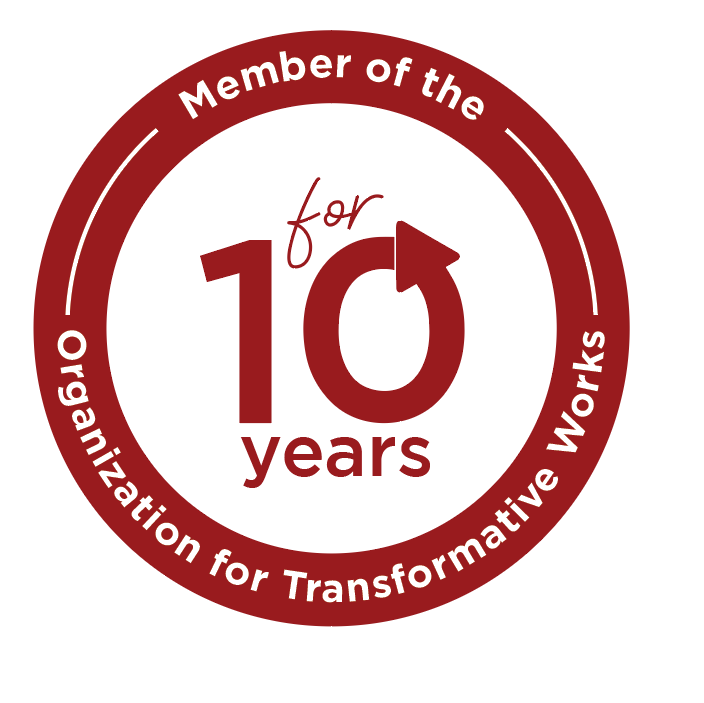 "Magnet med inskriptionen ""Member of the Organization for Transformative Works for 10 years"" og OTW-logoet."